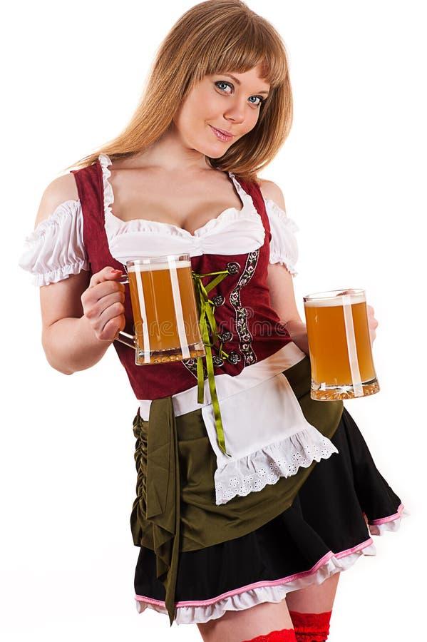 Jeune femme blonde avec de la bière d'Oktoberfest photo libre de droits