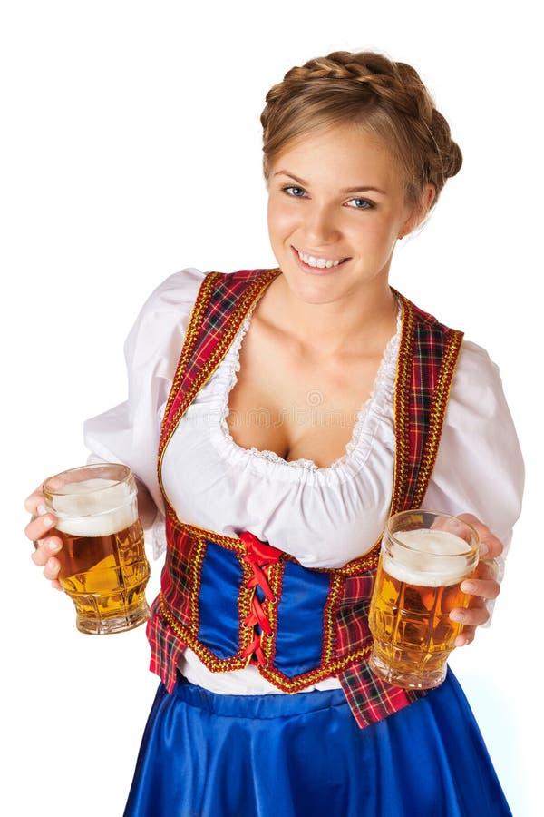 Jeune femme blonde avec deux tasses de bière image stock