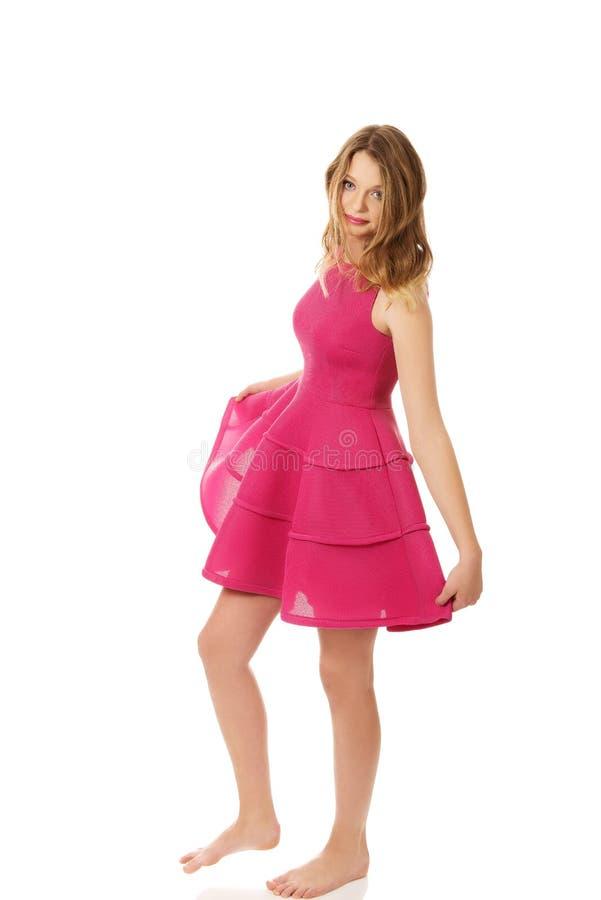 Jeune femme blonde avec la jupe rose image libre de droits