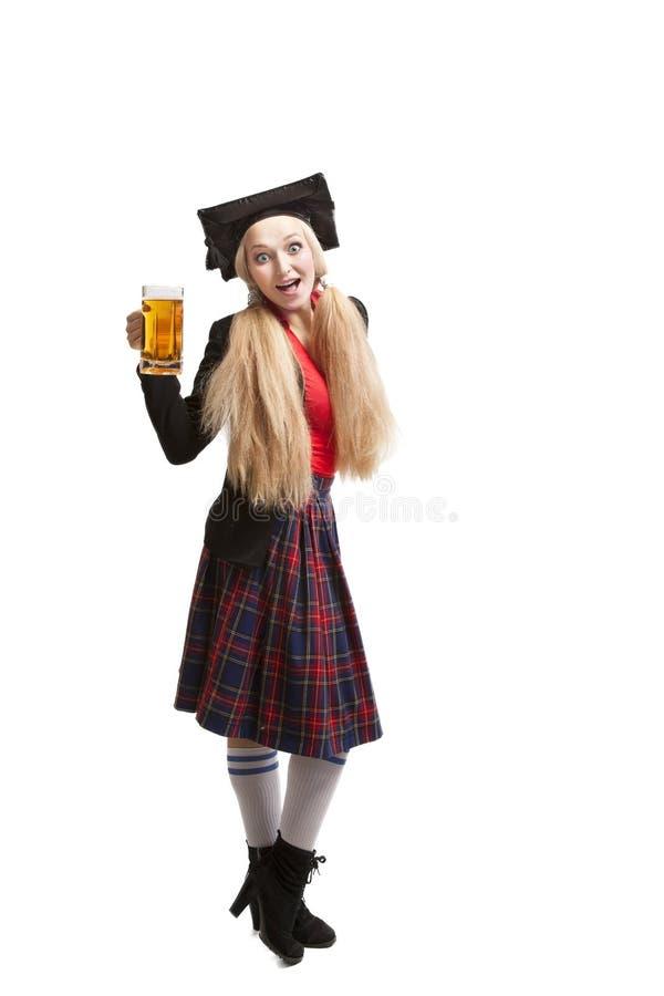 Jeune femme blonde avec la tasse de bière photo stock