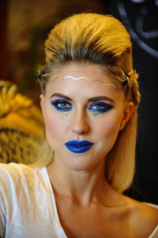 Jeune femme blonde avec le maquillage lumineux photographie stock