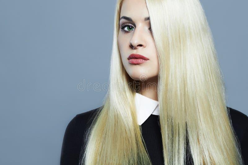 Jeune femme blonde avec les cheveux sains Belle fille dans l'uniforme d'écolière images libres de droits