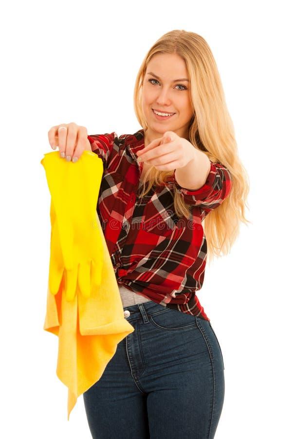 Jeune femme blonde avec les gants en caoutchouc jaunes nettoyant o d'isolement images libres de droits