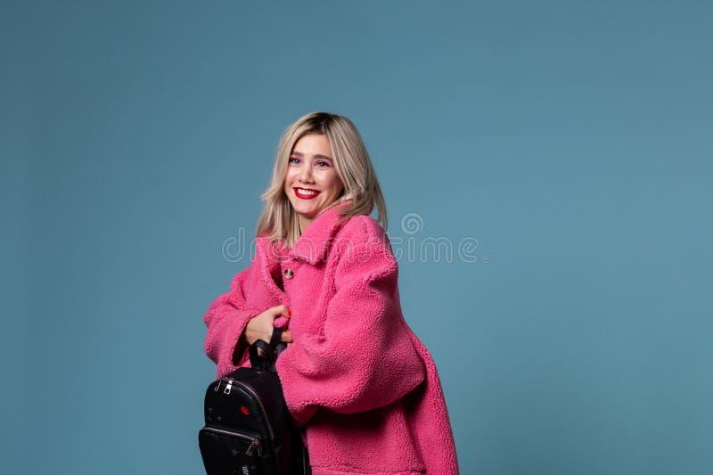 Jeune femme blonde avec son sac à dos noir image stock