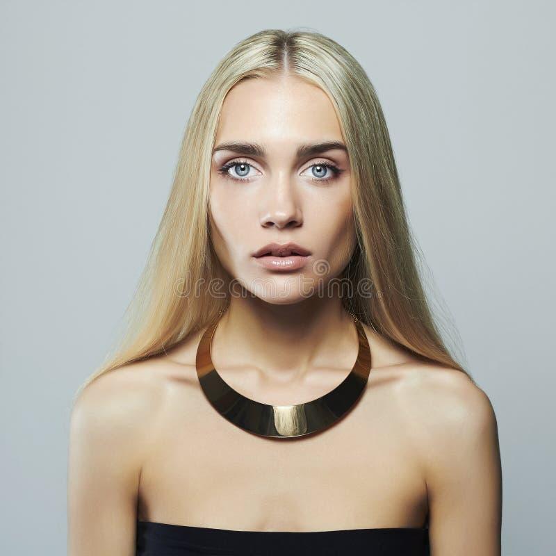 Jeune femme blonde Belle fille Blonde en collier image stock