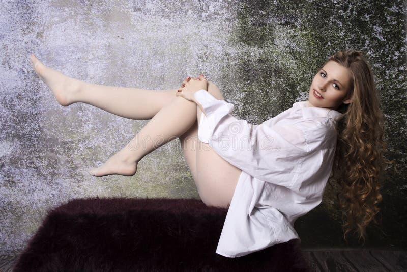 Jeune femme blonde bouclée aux cheveux longs photo libre de droits