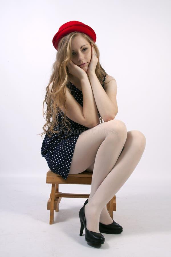 Jeune femme blonde bouclée aux cheveux longs photos stock