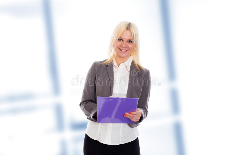 Jeune femme blonde d'affaires avec un presse-papiers image stock