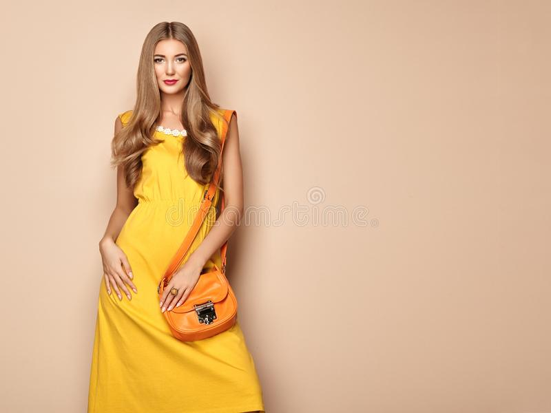 Jeune femme blonde dans la robe jaune d'été de ressort photos libres de droits