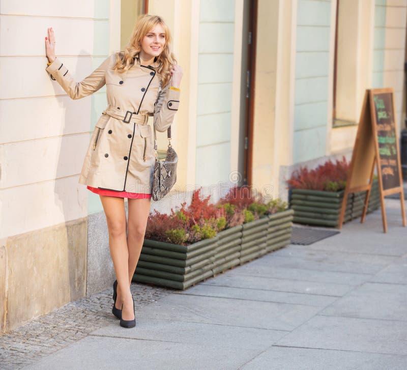 Jeune femme blonde dans la vieille ville images stock
