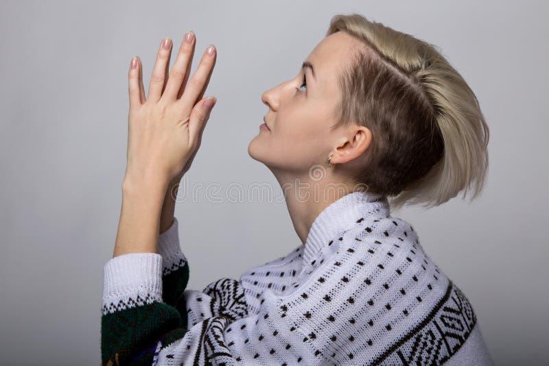 Jeune femme blonde de prière images libres de droits