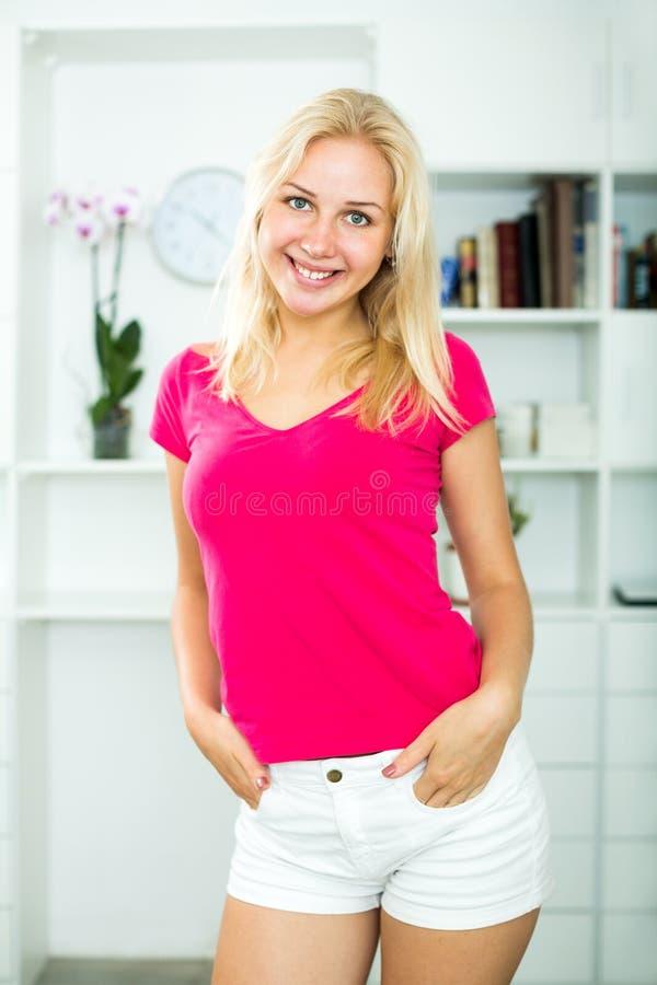 Download Jeune Femme Blonde De Sourire à L'intérieur Image stock - Image du joyeux, regarder: 77162849