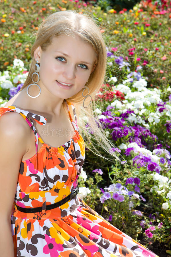 Jeune femme blonde en stationnement images stock