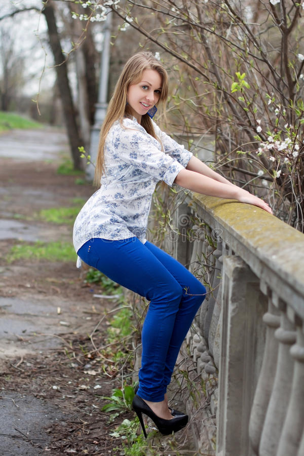 Jeune femme blonde espiègle photos stock