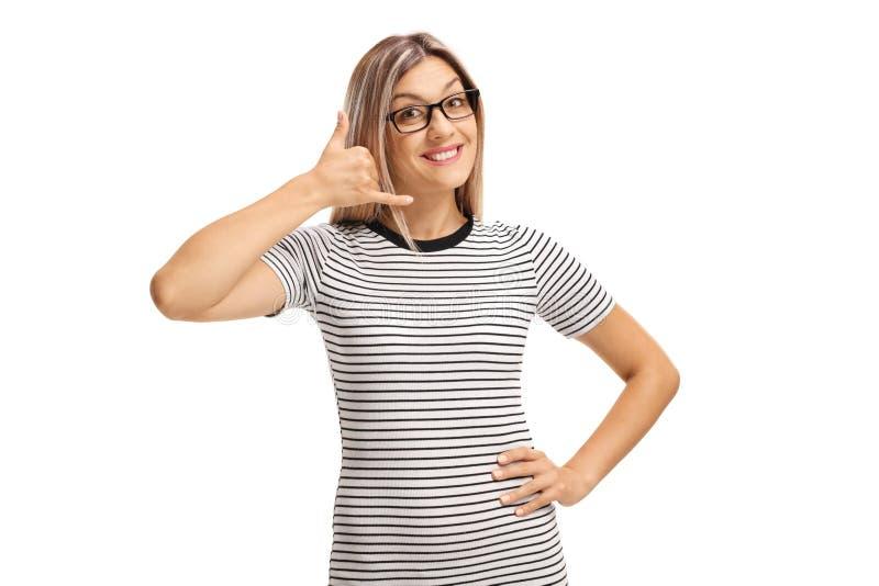 Jeune femme blonde faisant des gestes pour m'appeler avec la main images libres de droits