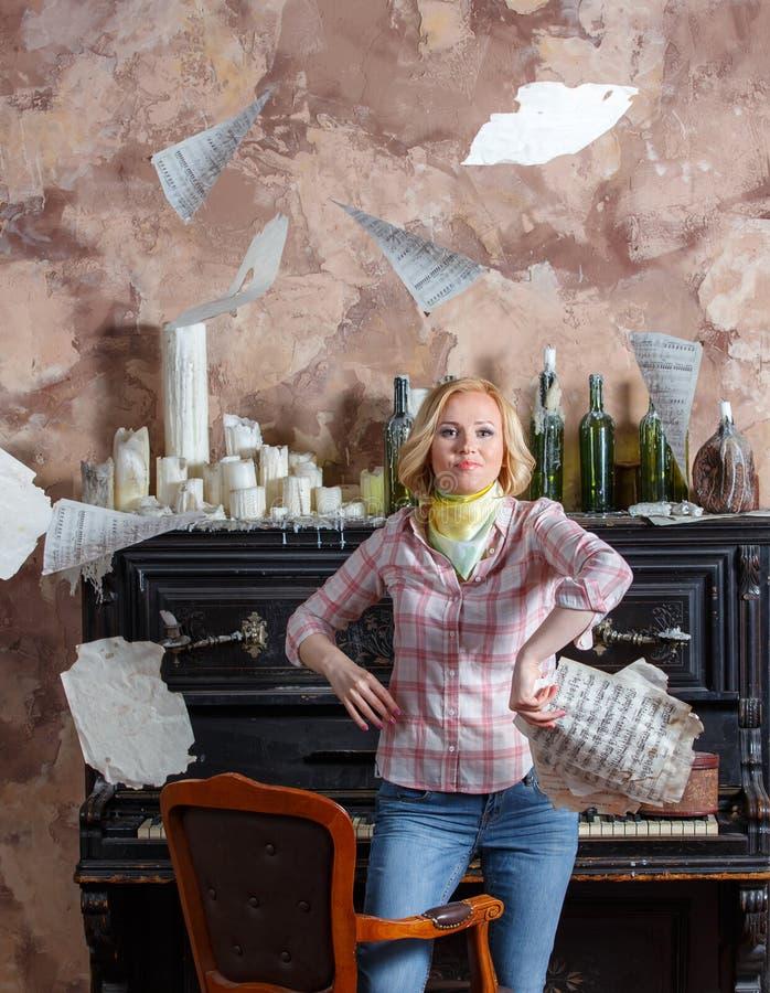 Jeune femme blonde fatiguée jetant ses feuilles de musique photos libres de droits