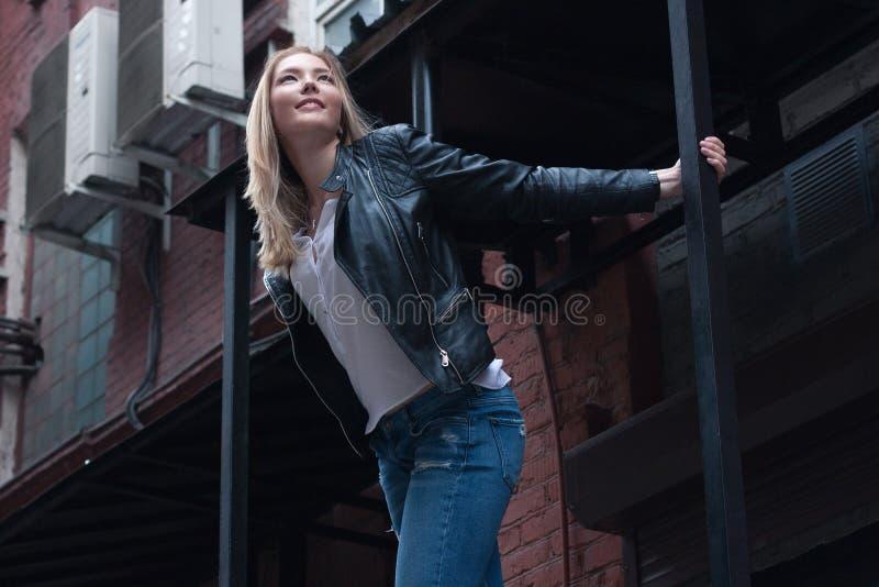 Jeune femme blonde heureuse Type occasionnel Fond urbain photographie stock libre de droits