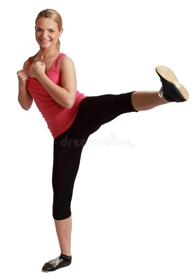 Jeune femme Kickboxing de Bonde photo stock