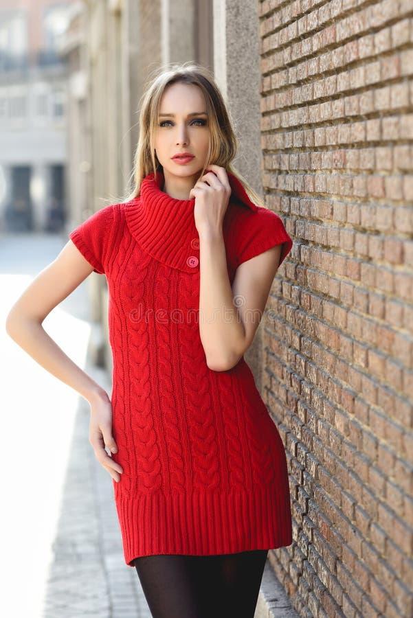 Jeune femme blonde marchant dans la rue images stock