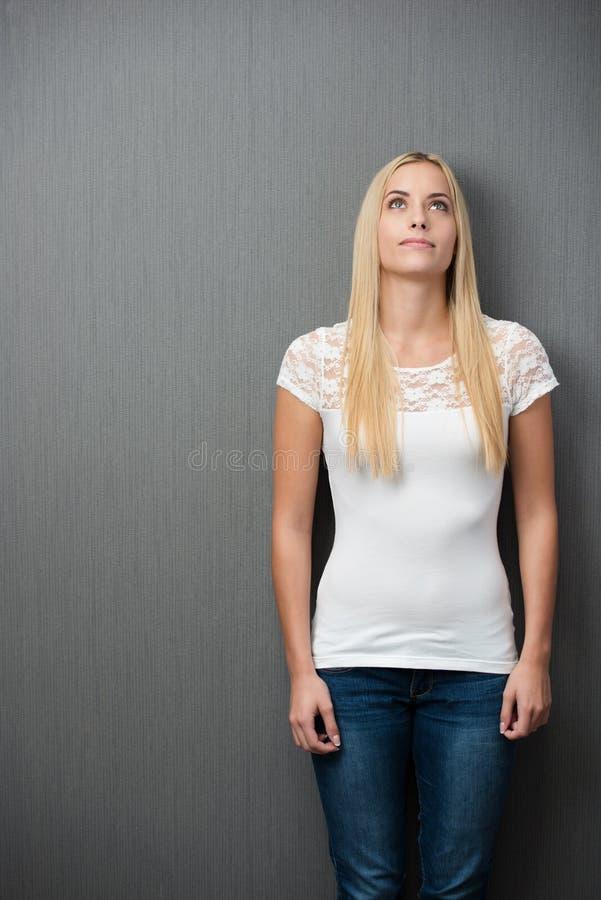Jeune femme blonde mince réfléchie image libre de droits