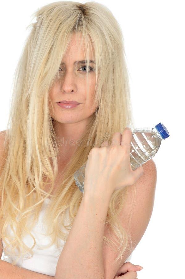 Jeune femme blonde naturelle en bonne santé convenable tenant une bouteille de l'eau minérale photo stock