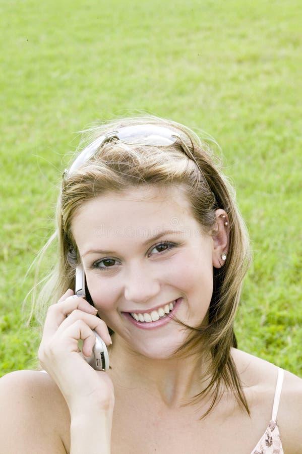 Jeune femme blonde parlant sur son téléphone portable photo libre de droits