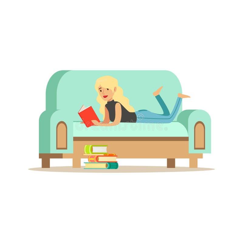 Jeune femme blonde se trouvant sur son estomac sur un sofa bleu-clair illustration libre de droits