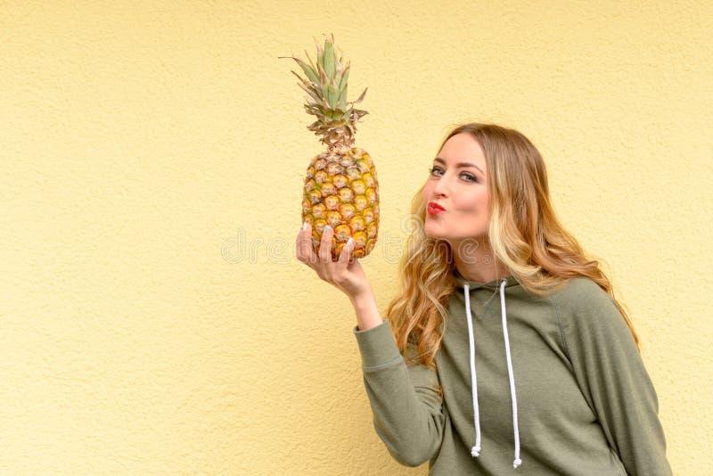 Jeune femme blonde sensuelle avec les lèvres rouges image stock