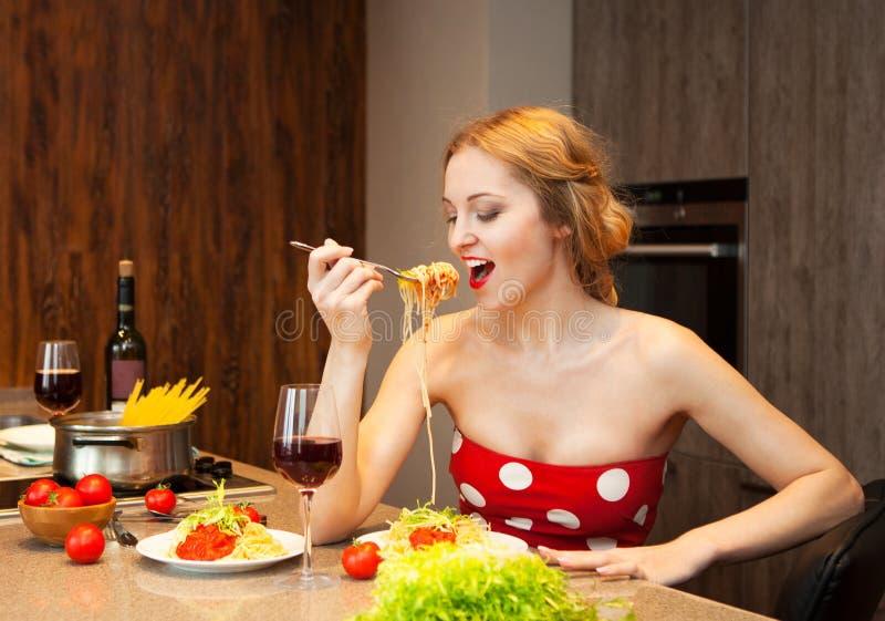 Jeune femme blonde sexy mangeant des spaghetti photo libre de droits