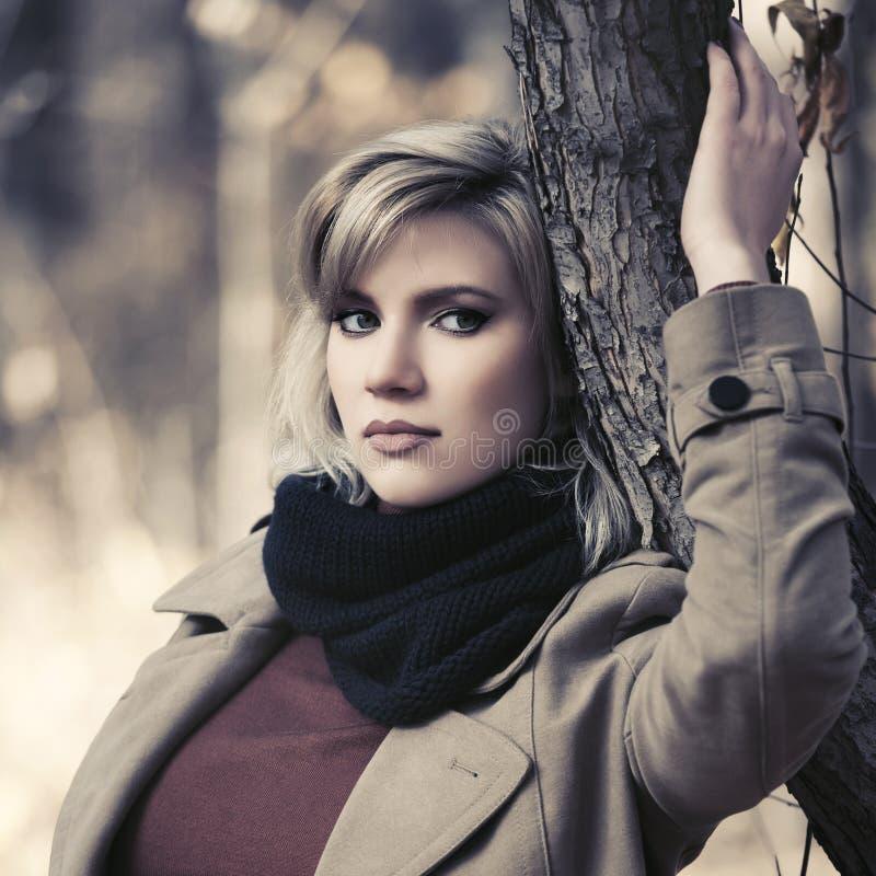 Jeune femme blonde triste de mode marchant en parc d'automne photos libres de droits
