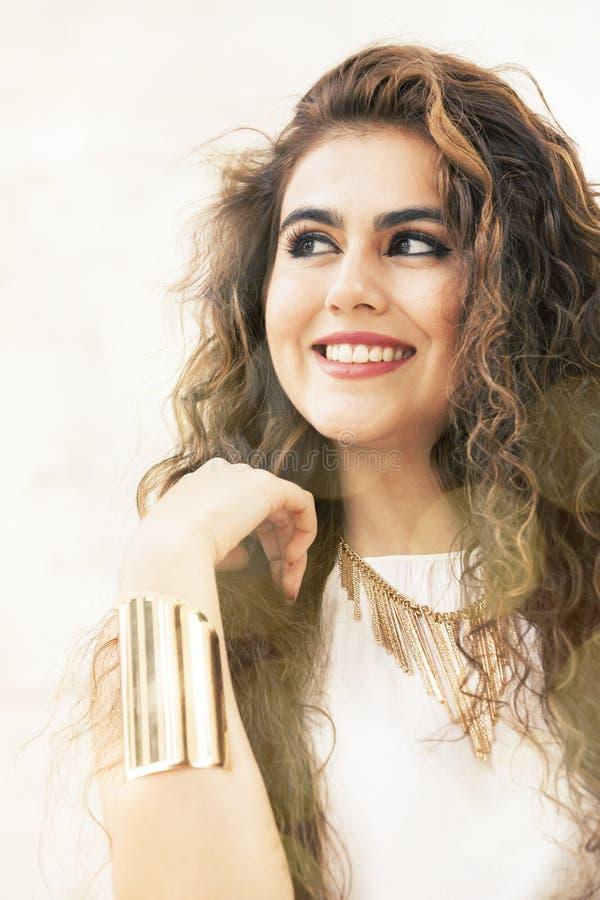 Jeune femme bouclée de sourire photo stock