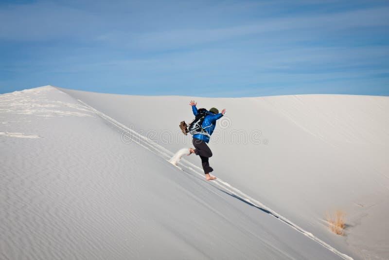 Jeune femme branchant dans le sable image libre de droits