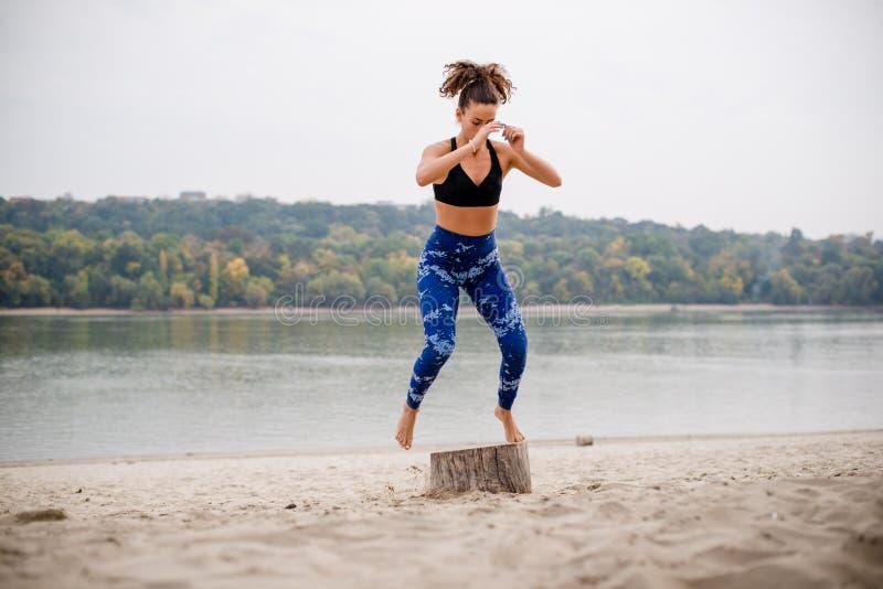Jeune femme branchant sur la plage images libres de droits