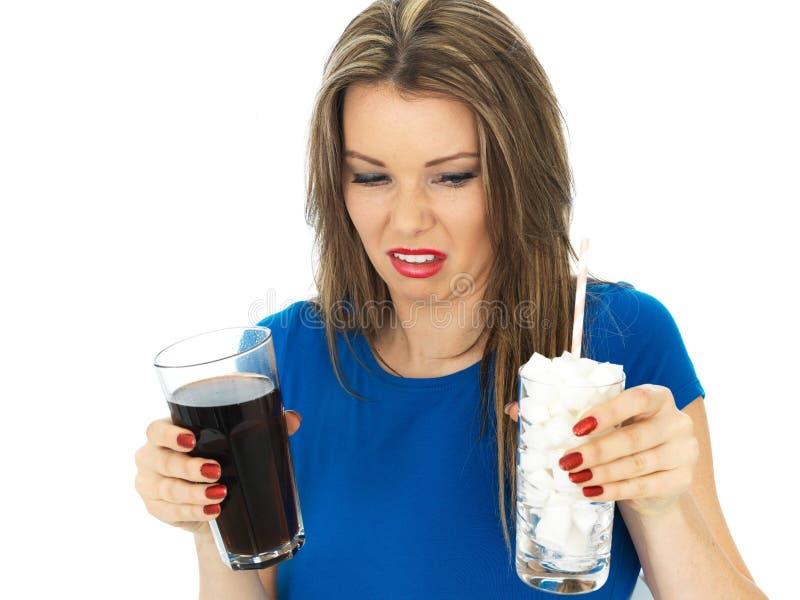 Jeune femme buvant haut Sugar Fizzy Drink image stock