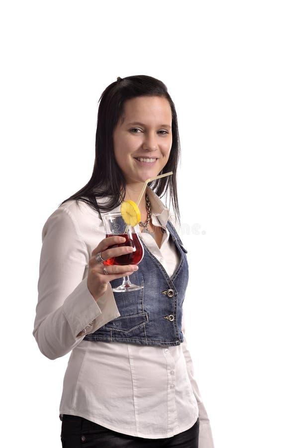 Jeune femme buvant un cocktail image stock