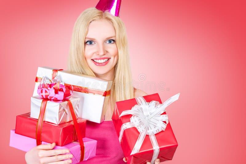 Jeune femme célébrant l'anniversaire image stock