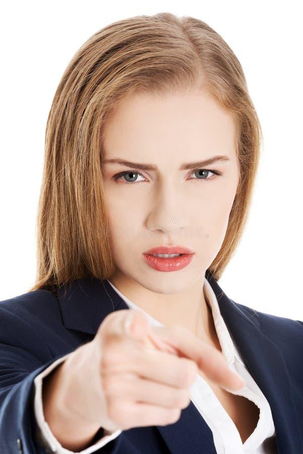 Jeune femme caucasienne d'affaires montrant le geste d'avertissement à la main. image libre de droits