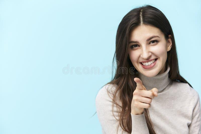 Jeune femme caucasienne se dirigeant à la caméra avec un doigt photos libres de droits