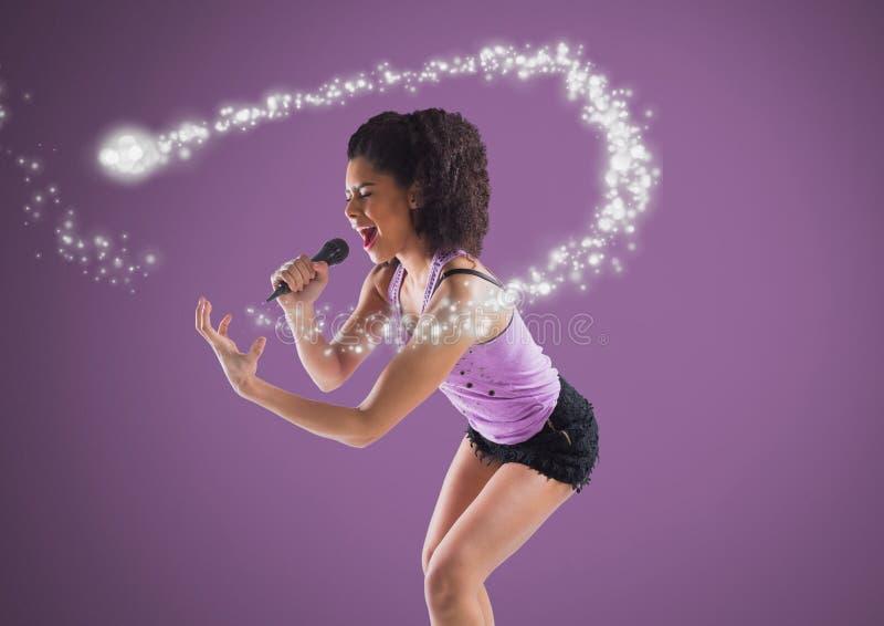 Jeune femme chantant avec le microphone contre le fond pourpre et l'étincelle magique illustration de vecteur