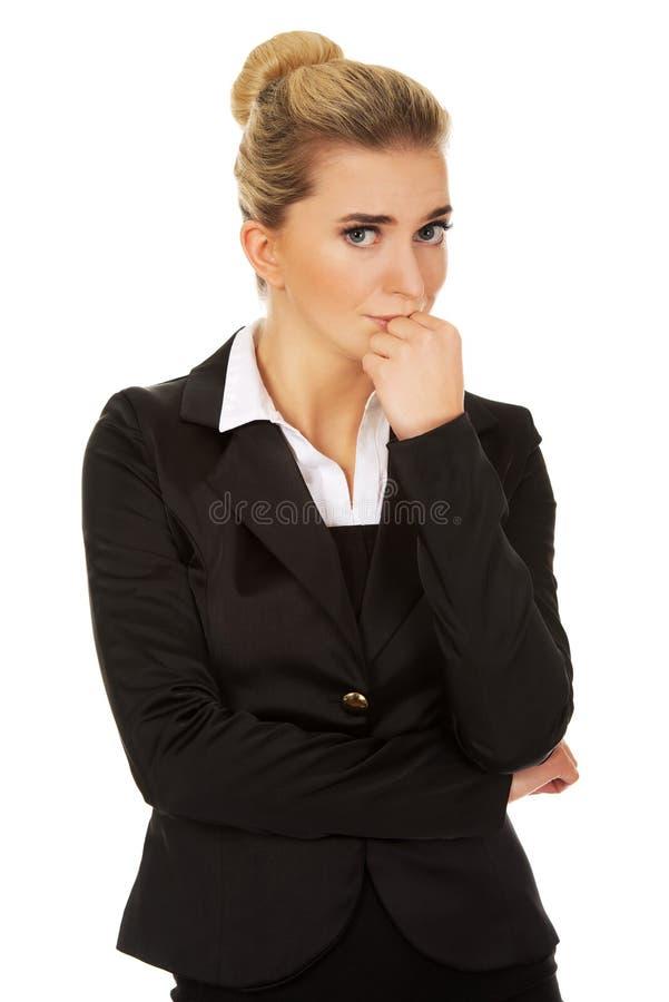 Jeune femme chargée d'affaires photos stock