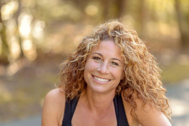 Jeune femme charismatique de sourire image stock