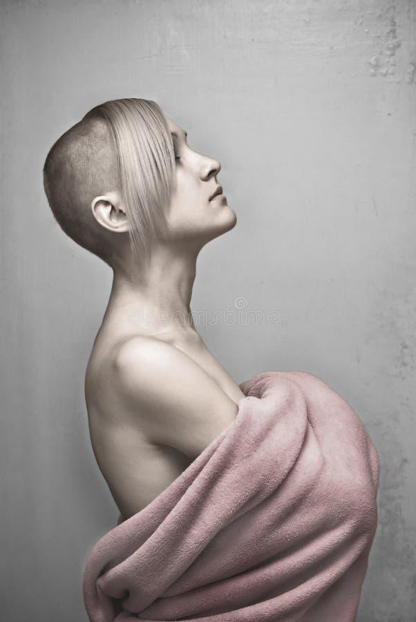 Jeune femme chauve en essuie-main photographie stock