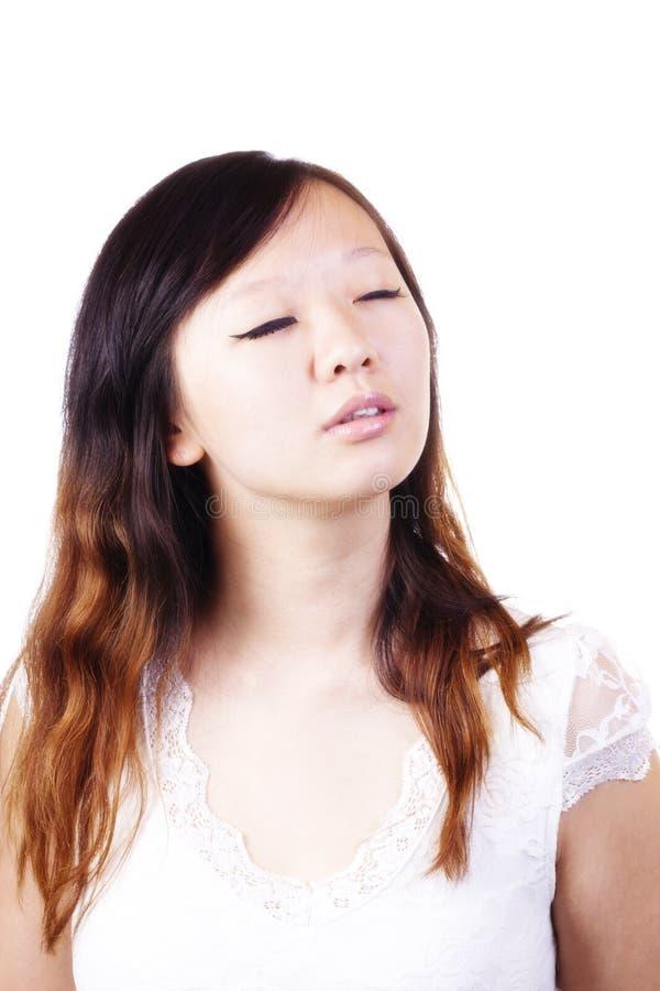 Jeune femme chinoise attirante de portrait fermé de yeux photo libre de droits