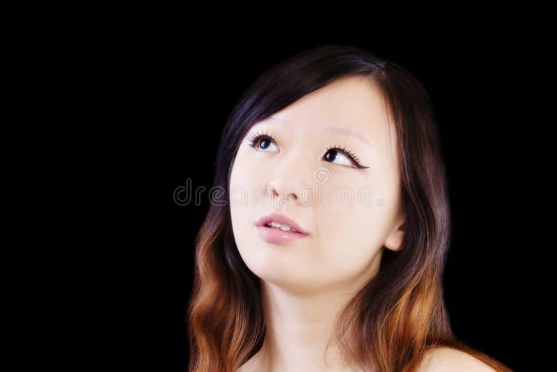 Jeune femme chinoise attirante de portrait recherchant image stock