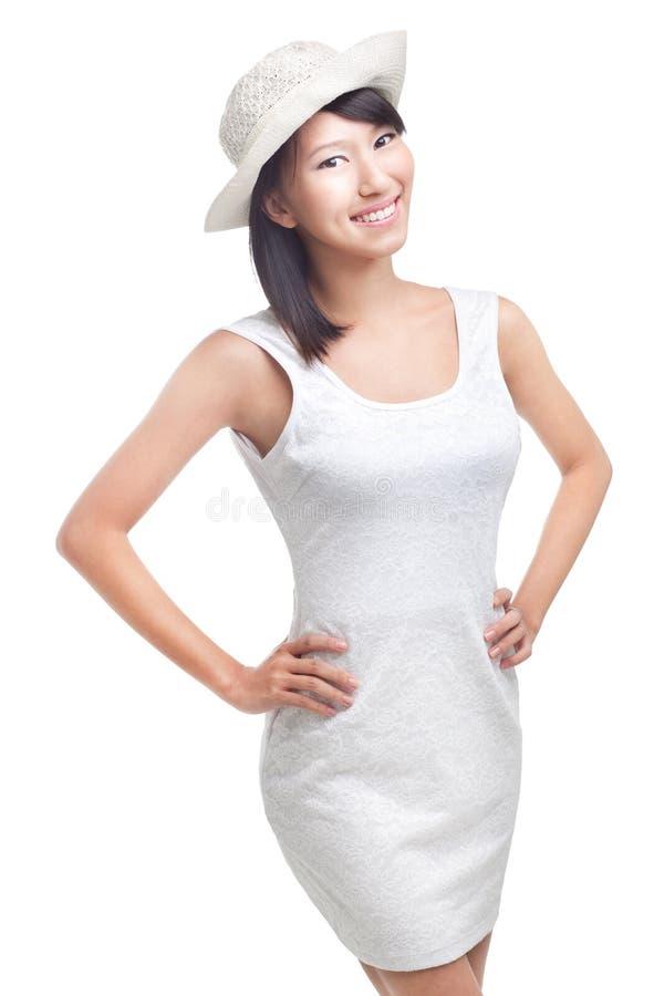 Jeune femme chinoise gaie heureuse dans le blanc photos stock