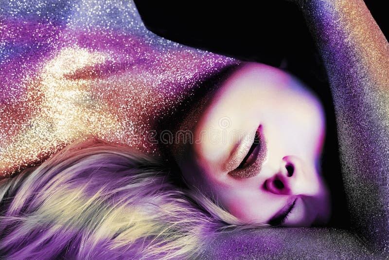 Jeune femme colorée avec Art Make-Up image stock