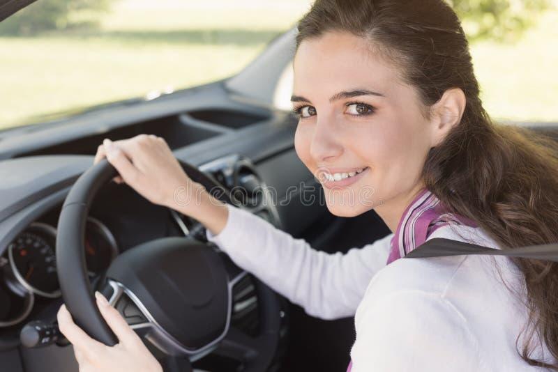 Jeune femme conduisant son véhicule photographie stock libre de droits