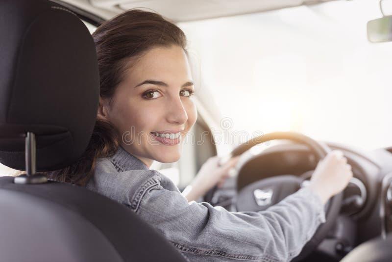 Jeune femme conduisant son véhicule images stock