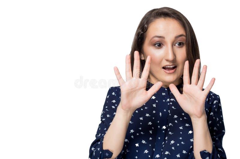 Jeune femme contrariée avec la mauvaise attitude rendant le geste d'arrêt avec la paume extérieur, dire non, exprimant le démenti photos stock