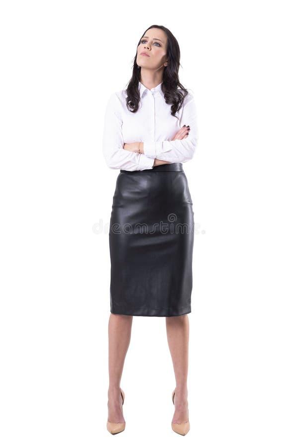 Jeune femme contrariée fâchée d'affaires avec les bras croisés boudant photo stock